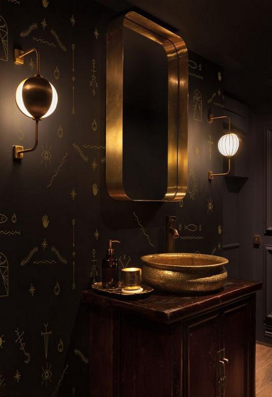 Badezimmer in Schwarz und Gold passende Badbeleuchtung moderne Wandlampen beiderseits des Spiegels