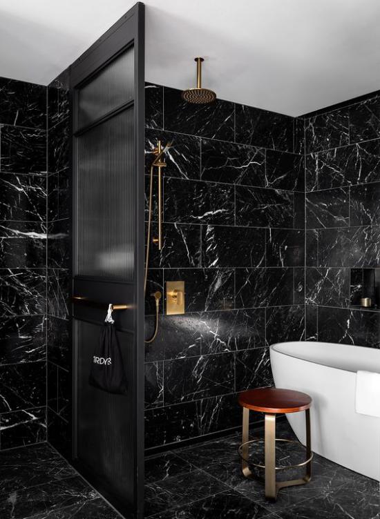 Badezimmer in Schwarz und Gold schwarze Marmorfliesen umwerfender Look
