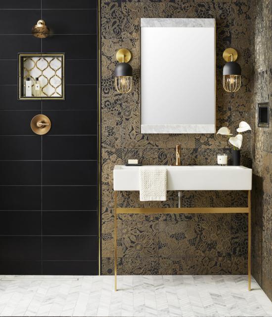 Badezimmer in Schwarz und Gold schwarze Tür fein gemusterte Tapete Spiegel zwei Hängeleuchten