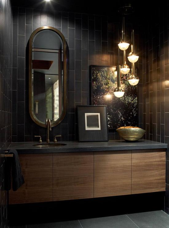 Badezimmer in Schwarz und Gold verschiedene Lichtquellen kombinieren Hängeleuchte eingebautes Raumlicht