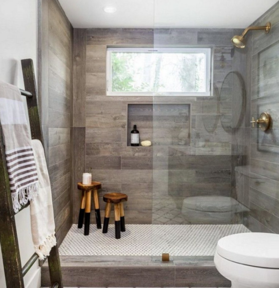 Badfliesen in Holzoptik Bad im Retro Stil WC Duschecke Glaswand Fenster Tageslicht