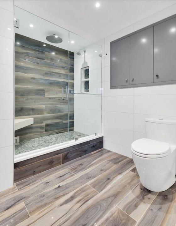 Badfliesen in Holzoptik großes Bad WC Duschecke Glaswand alles gefliest