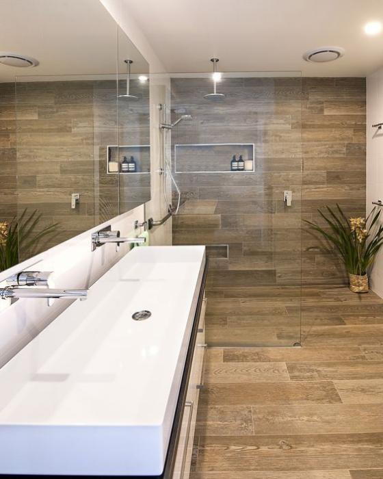 Badfliesen in Holzoptik schönes modernes Bad Duschecke Glaswand Fliesen Wand Boden langer Waschtisch