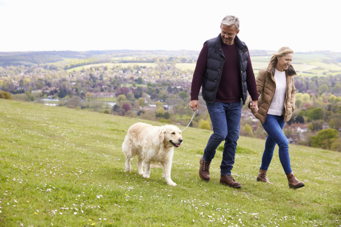 Corona-Krise und Hunde Mann Frau weißer Hund langen Spaziergang außerhalb der Stadt machen soweit nicht erlaubt