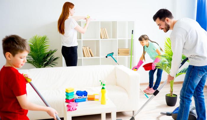 Η κρίση της κορώνας στο σπίτι, τι κάνουν οι γονείς δύο παιδιά καθαρίζουν τον εαρινό καθαρισμό