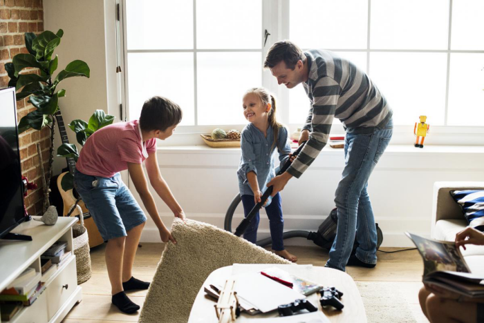 Η κρίση της κορώνας στο σπίτι, τι κάνει ο πατέρας της άνοιξης Κόρη καθαρισμού χαλιών