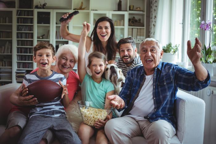 Η κρίση της Κορώνας στο σπίτι τι έχουν οι παππούδες και οι παππούδες των γονέων τους έχουν υπέροχες εμπειρίες μπροστά στην τηλεόραση