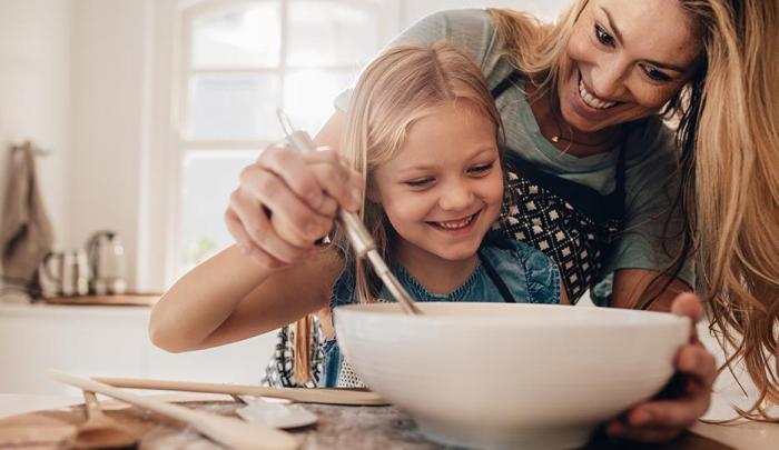 Κρίση κορώνας στο σπίτι τι μητέρα κόρη ψησίματος στην κουζίνα