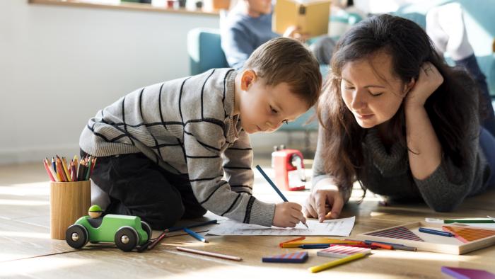 Η κρίση της Κορώνας στο σπίτι τι να κάνει η μητέρα μικρός γιος σχεδιάζοντας δημιουργικές δραστηριότητες μαζί