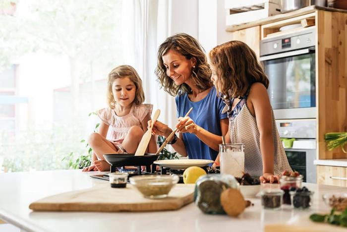 Η κρίση της Κορώνας στο σπίτι τι κάνει η μητέρα δύο κόρες να μαγειρεύουν μαζί στην κουζίνα