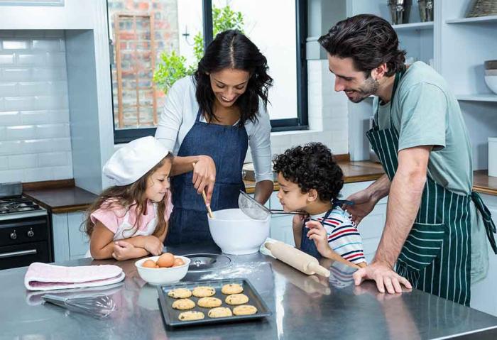 Η κρίση της κορώνας στο σπίτι τι κάνει ολόκληρη η οικογένεια τεσσάρων ατόμων στην κουζίνα