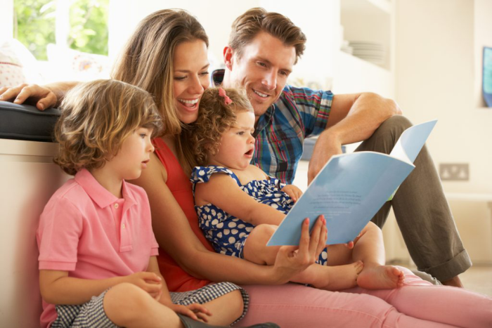 Η κρίση της κορώνας στο σπίτι Τι κάνει όλη η οικογένεια στον καναπέ Η ανάγνωση του παιδικού βιβλίου είναι διασκεδαστική