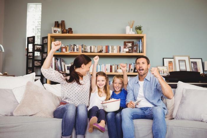 Η κρίση της Corona στο σπίτι τι κάνει η τετραμελής οικογένεια στον καναπέ βλέποντας τηλεόραση μαζί