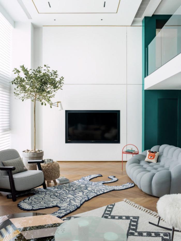 Designerwohnung in China Wohnzimmer schlichtes Raumdesign gedämpfte Farben Spfa Sessel Grau dominiert