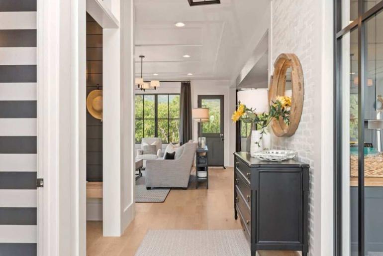 Gemütliches Bauernhaus in Colorado Springs Flur Blick ins Wohnzimmer offenes Raumkonzept modernes Design im Inneren