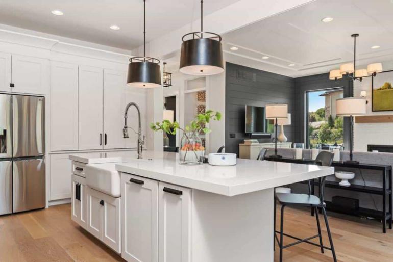 Gemütliches Bauernhaus in Colorado Springs moderne Küche bekanntes Farbschema Weiß Dunkelgrau