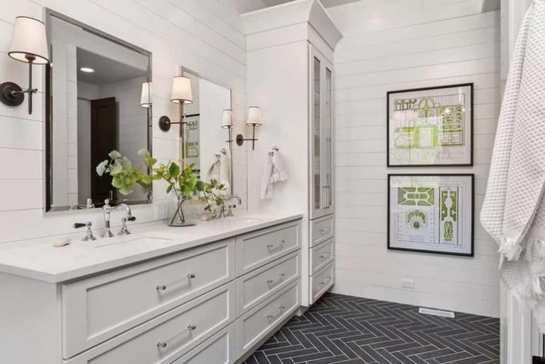 Gemütliches Bauernhaus modernes Interieur Badezimmerbeleuchtung perfekt design Waschtisch Spiegel drei Wandlampen
