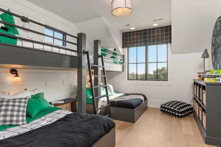 Gemütliches Bauernhaus modernes Interieur Gästezimmer sehr praktisch eingerichtet Etagenbetten