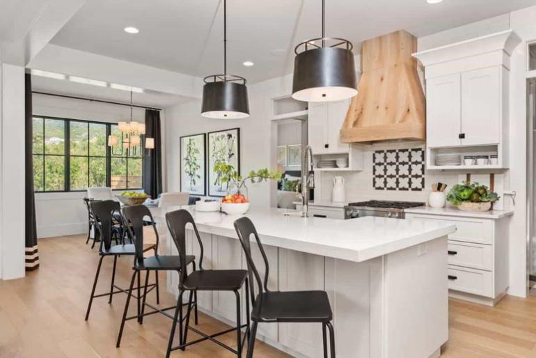 Gemütliches Bauernhaus modernes Interieur Küche Kücheninsel Stühle Sitzecke daneben