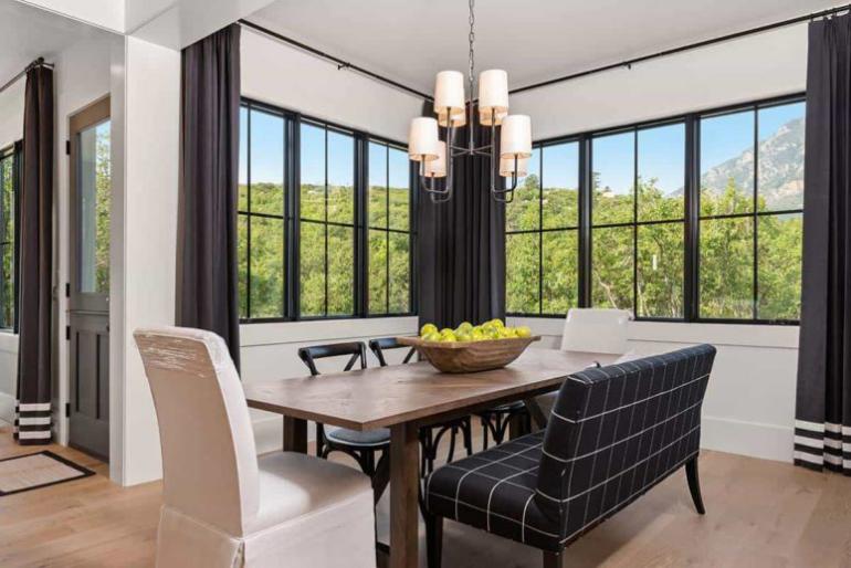 Gemütliches Bauernhaus modernes Interieur eigentliche Essbereich zwei große Fenster herrlicher Blick draußen