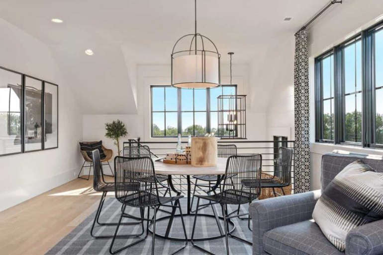 Gemütliches Bauernhaus modernes Interieur einladender Raum zweiter Stock dient als Esszimmer oder für kleine Familienpartys