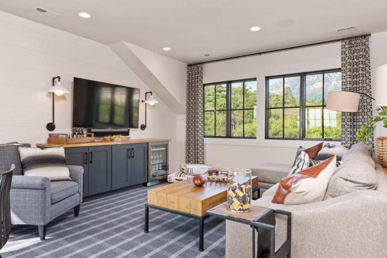 Gemütliches Bauernhaus modernes Interieur fein gemusterte Vorhänge an allen Fenstern bringen Textur und Charakter