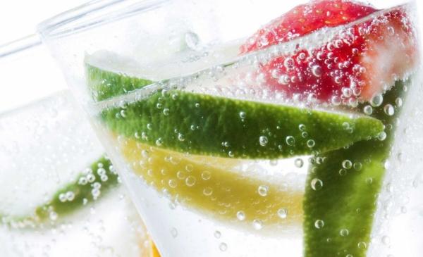 Gesund Leben destilliertes Wasser trinken