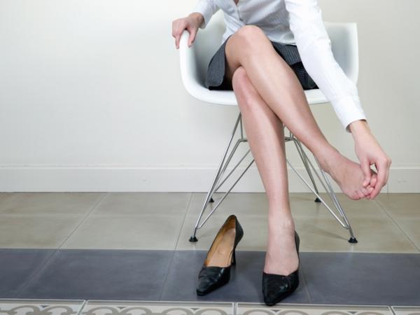Hornhaut entfernen Schwielen an den Füßen Ursachen unpassende Schuhe