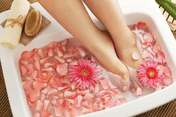 Hornhaut entfernen Schwielen an den Füßen behandeln Fußbad