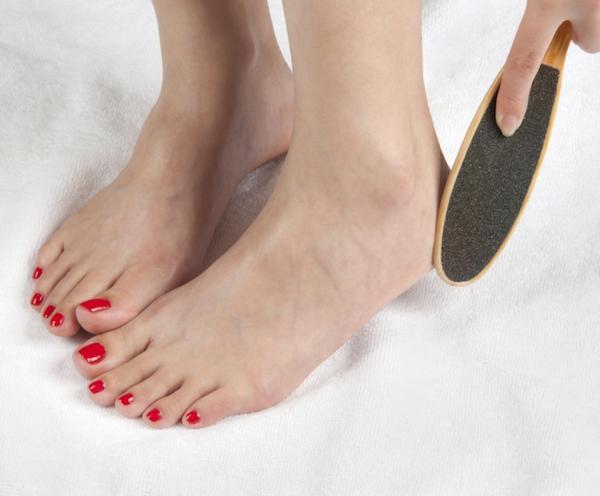 Hornhaut entfernen Schwielen an den Füßen behandeln Fußfeile