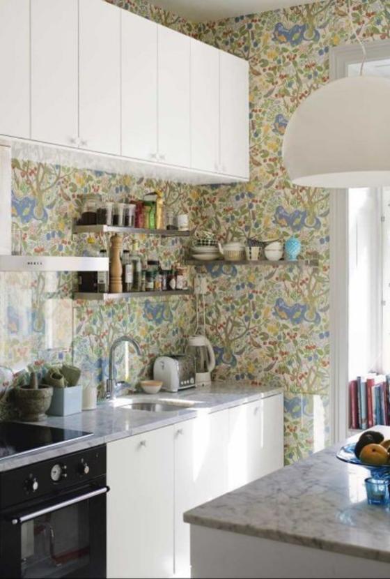 Küchenrückwand mit Blumentapeten Muster in zarten Farben schönes Design weiße Schränke Herd Regale