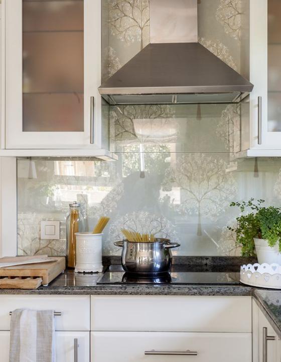 Küchenrückwand mit Blumentapeten Ton in Ton Gestaltung Grau dominiert Silberglanz auf der Tapete