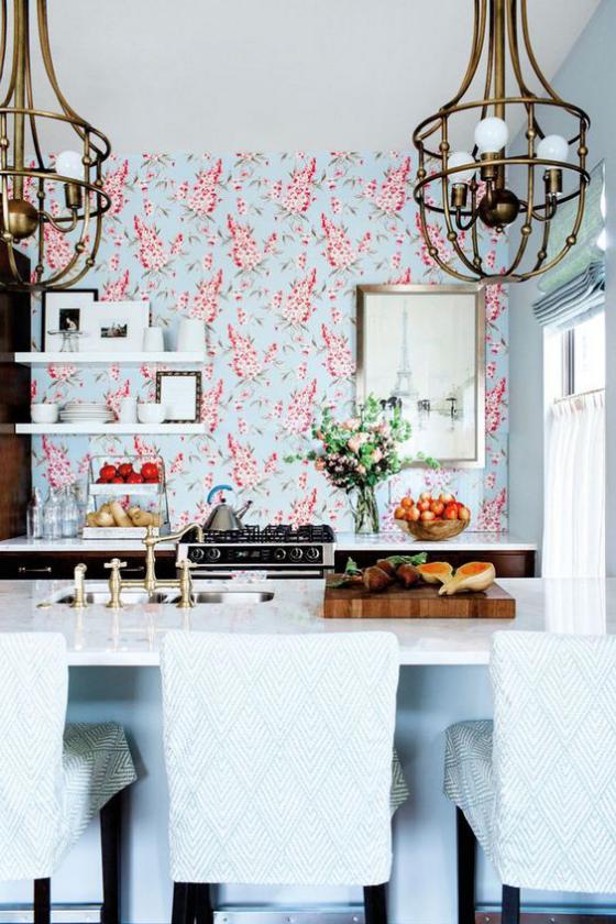 Küchenrückwand mit Blumentapeten Ton in Ton Gestaltung Hellblau und Rosa