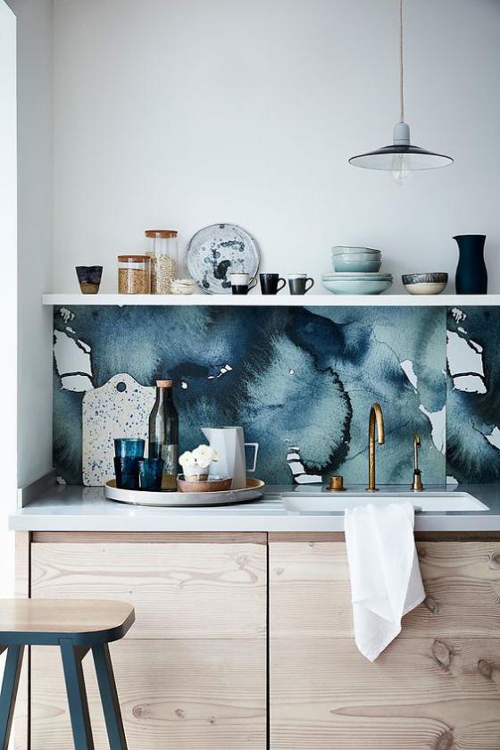 Küchenrückwand mit Blumentapeten blaue Muster Regal Geschirr helle Unterschränke Hocker