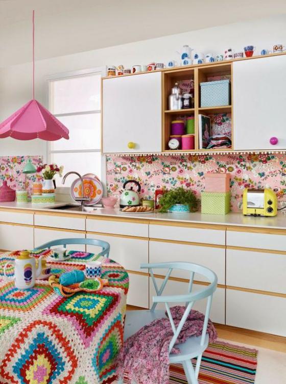 Küchenrückwand mit Blumentapeten bunte Tapete Rosa dominiert Lampe Tischdecke