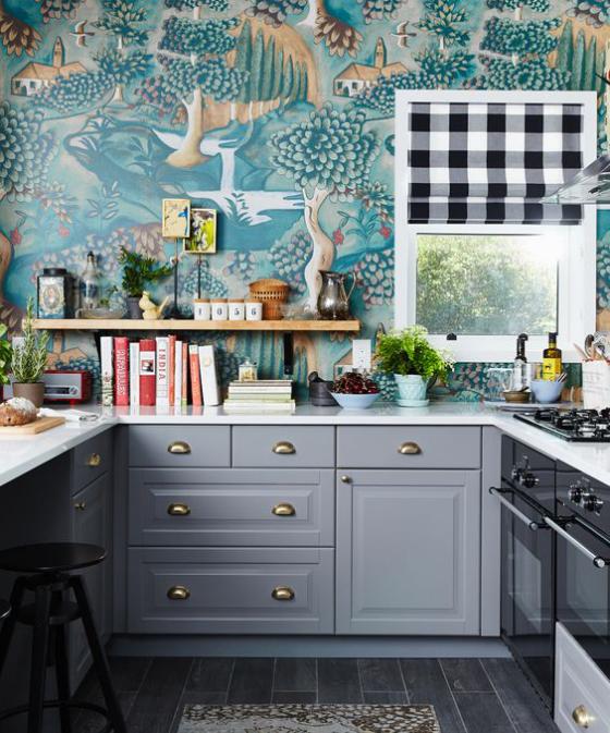 Küchenrückwand mit Blumentapeten bunte Tapete schöne Muster Grau und Blau dominieren