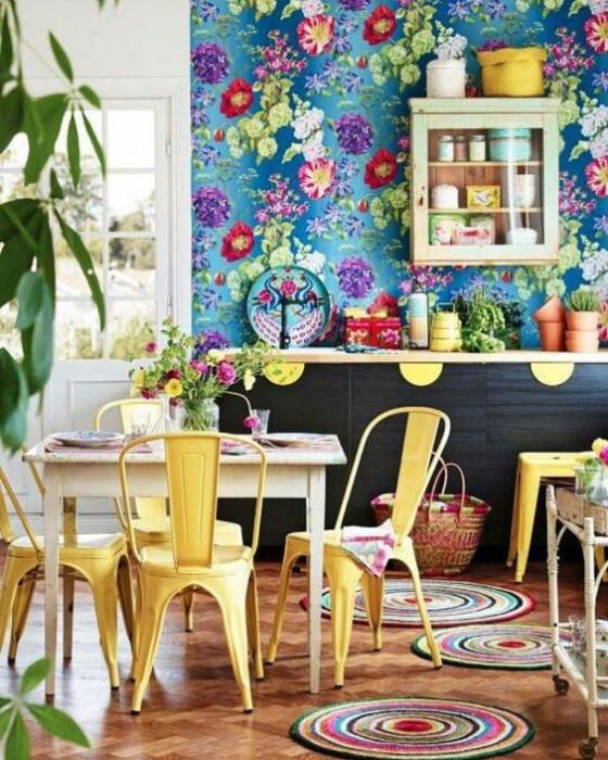 Küchenrückwand mit Blumentapeten bunte Tapete viele Farben ein fröhliches Gefühl dominiert