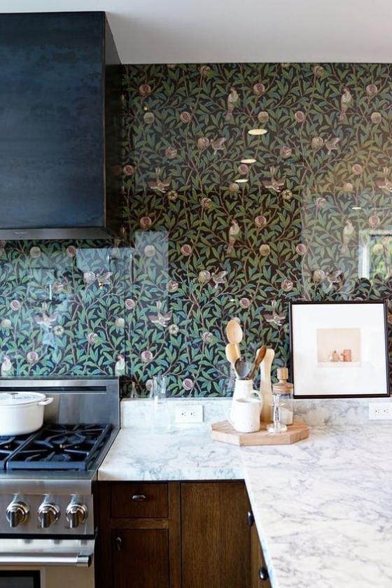 Küchenrückwand mit Blumentapeten dunkler Hintergrund zarte Blumenmuster weiße Arbeitsplatte Dunstabzug Herd Holzschränke unten