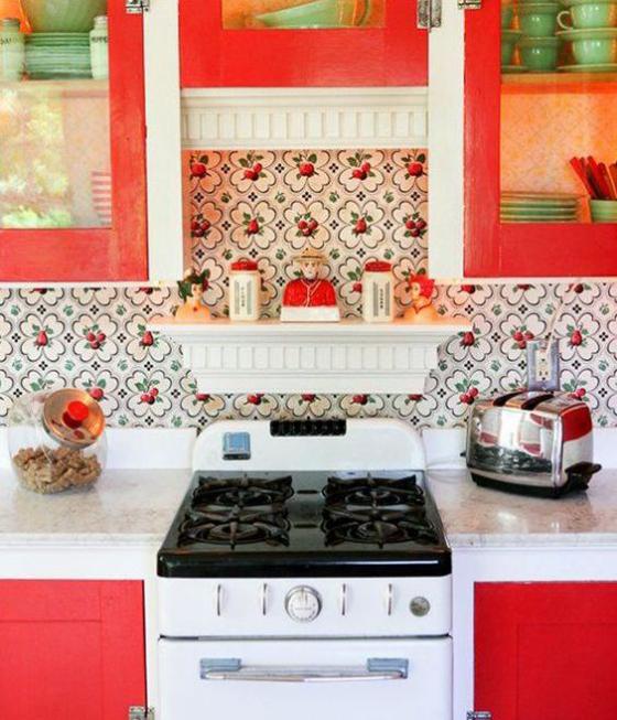 Küchenrückwand mit Blumentapeten schön gemusterte Tapete erfrischt die Küche in Weiß und Rot