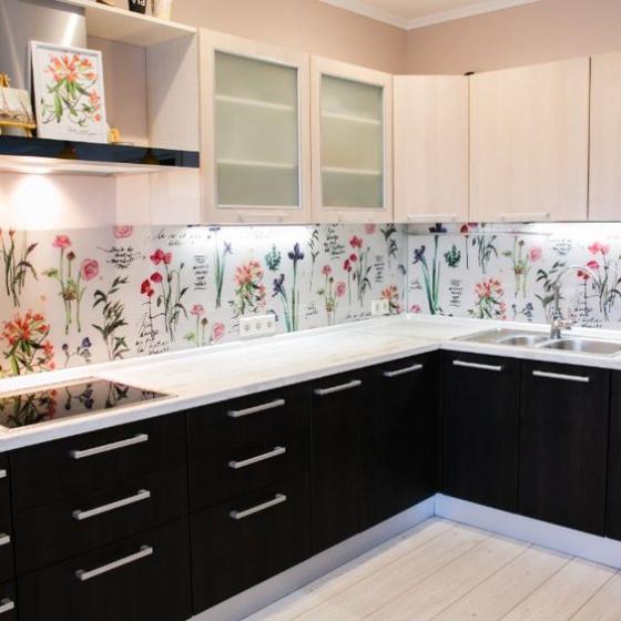 Küchenrückwand mit Blumentapeten schöne Muster schwarze Unterschränke weiße Arbeitsplatten helle Oberschränke