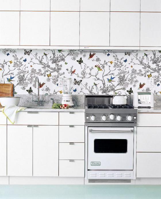 Küchenrückwand mit Blumentapeten weiße Küche schöne Tapete Zweige Schmetterlinge