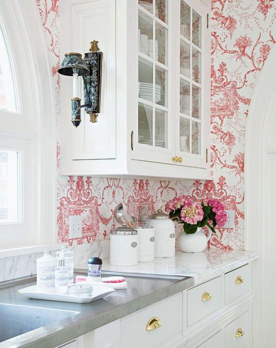 Küchenrückwand mit Blumentapeten weiße Küchenschränke Lampe Tapete mit rosa Blumenmustern neue Ästhetik