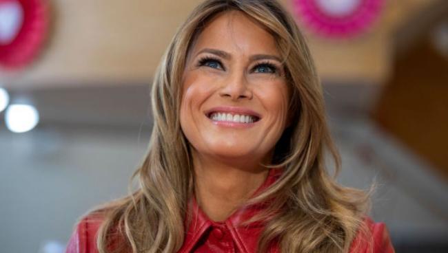 Melania Trump 50 Jahre alt breites Lächeln auf Gesicht