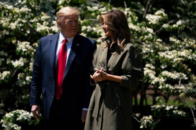 Melania Trump 50 Jahre alt mit Donald Trump im Garten vor dem Weißen House