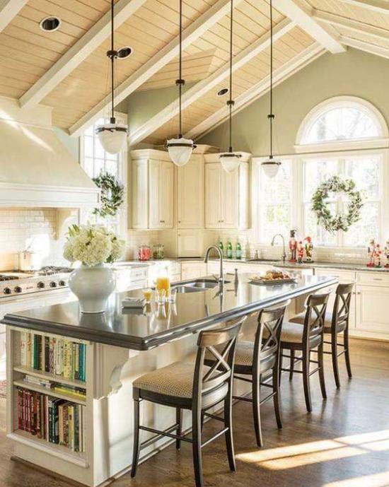 Multifunktionale Räume Küche Esszimmer in einem große Kücheninsel Sitzbereich vier Stühle Stauraum für Bücher Hängelampen