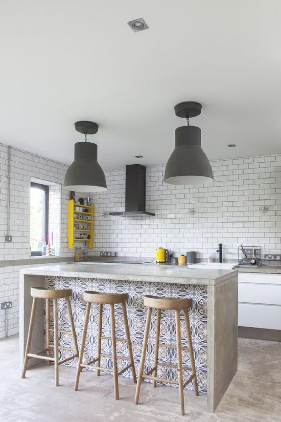 Multifunktionale Räume Kücheninsel Hocker Grau dominiert Ziegelwand in Weiß gestrichen
