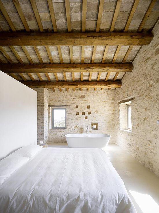 Multifunktionale Räume Schlafzimmer Badewanne viel Tageslicht alles weiß Ziegelwand