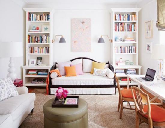 Multifunktionale Räume bequeme Sofas Hausbibliothek zwei Bücherschränke