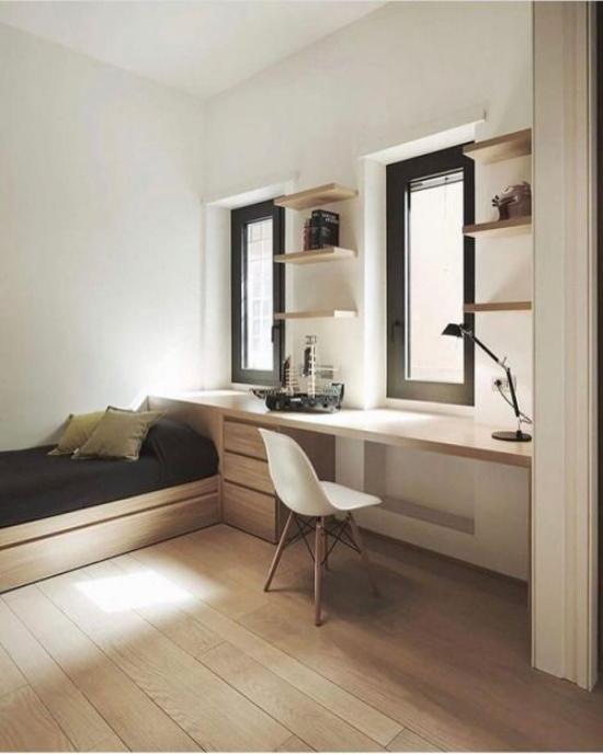 Multifunktionale Räume einfach eingerichtetes Heimbüro helle Holzmöbel heller Boden Sofa viel Licht