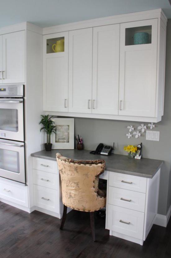 Multifunktionale Räume gemütliches Homeoffice im großen Raum Tisch bequemer Stuhl weiße Schränke Topfpflanze